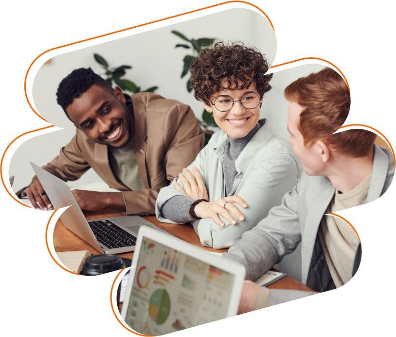 Equipe de três pessoas trabalhando e felizes